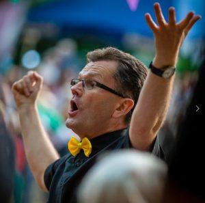 Unser Chorleiter Bernhard Oberlände in seinem Element